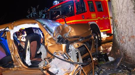 Das zerstörte Fahrzeug am Unfallort.