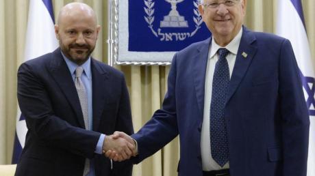Abdallah Chatila (l) hat Hitler-Artefakte ersteigert und dem israelischen Staat übergeben. Israel Staatspräsident Reuven Rivlin ehrt bei einem Empfang die Geste des Libanesen.