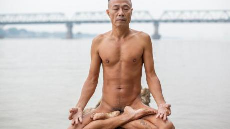 Do Duc Hoang, Anhänger der Freikörperkultur, genießt einen ruhigen Moment und meditiert.