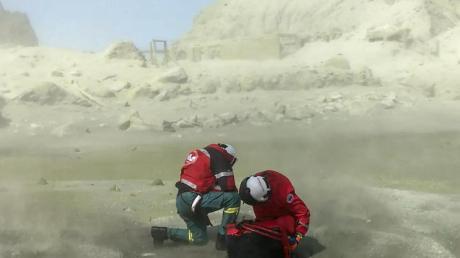 Rettungskräfte auf der Vulkaninsel White Island. Aus der Touristeninsel ist nach dem Ausbruch von Neuseelands gefährlichstem Vulkan eine Todeszone geworden.