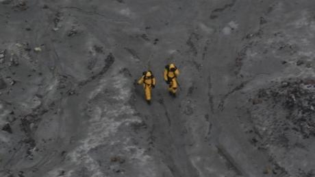 Zwei Mitglieder der Bergungskräfte bei ihrem gefährlichen Einsatz auf der Insel White Island.