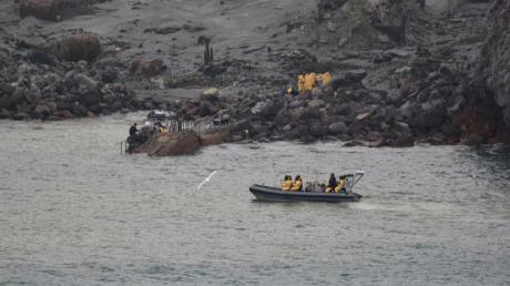 Einsatzkräfte auf der Vulkaninsel White Island.