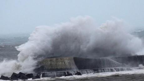 Eine Welle bricht am Hafendamm der Gemeinde Saint-Jean de Luz an der französischen Atlantikküste.