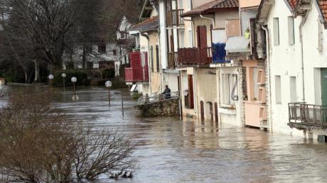 Mehrere Départements wurden wegen der Stürme in erhöhte Alarmbereitschaft versetzt.