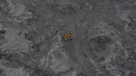 Nach demAusbruch: zwei Einsatzkräfte auf White Island.
