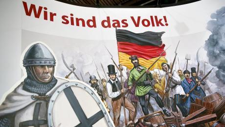 """""""Wir sind das Volk"""" steht auf der Wand am Stand der rechtskonservativen Wochenzeitung """"Junge Freiheit""""auf der Buchmesse in Leipzig im Jahr 2016."""