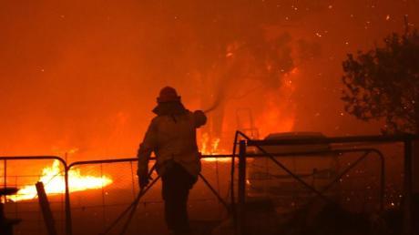 Ein Feuerwehrmann kämpft südwestlich von Sydney gegen die Flammen.