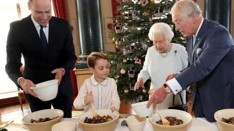 Der kleine Prinz George hat die volle Aufmerksamkeit seines Vaters Prinz William (l), seiner Urgroßmutter Königin Elizabeth II. und seines Großvaters Prinz Charles.