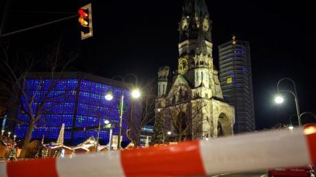 Nach Hinweisen auf einen möglicherweise verdächtigen Gegenstand räumte die Polizei am Samstagabend den Berliner Weihnachtsmarkt am Breitscheidplatz.