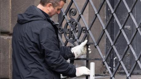 Ein Mitarbeiter einer Restaurierungsfirma arbeitet an dem bei einem Einbruch durchtrennten Gitterfenster des Grünen Gewölbes.