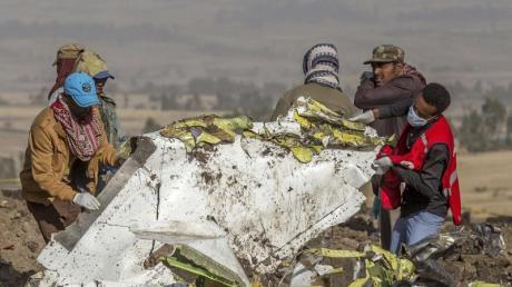 Rettungskräfte arbeiten an der Absturzstelle des Fluges 302 der Ethiopian Airlines vom Typ Boeing 737 Max 8 in der Nähe von Bishoftu, südlich von Addis Abeba.