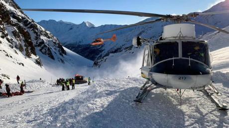Ein Helikopter ist während einer Suchaktion von Rettungskräften nach einer Lawine auf einer Skipiste gelandet.