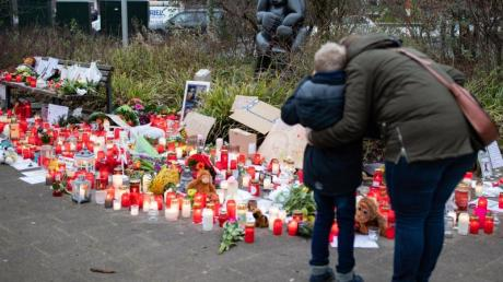 Bilder, Plüschtiere und Kerzen erinnern vor dem Krefelder Zoo an die toten Tiere.