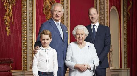 Prinz Charles (l-r, hinten), Prinz William, Prinz George (l-r, vorne) und Königen Elizabeth II. stehen für ein Foto zu Beginn des neuen Jahrzehnts nebeneinander.