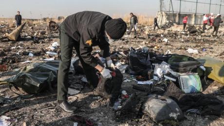Mit Trümmern übersät: der Unglücksort nahe des Imam-Chomeini-Flughafens.