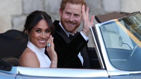 Da winkten die beiden noch auf dem Weg zu Windsor Castle. Nun machenHarry und Meghan ernst und sagen sich von royalen Verpflichtungen los.