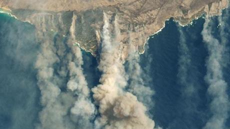 Durch verschiedene Buschbränden verursachte Qualmwolken wehen von der südaustralischen Känguru-Insel aufs Meer.