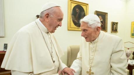 Papst Franziskus (links) und der emeritierte Papst Benedikt XVI sind unterschiedlicher Meinung.
