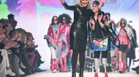 Ulli Ehrlich (l), Sportalm-Inhaberin, und Giusy Versace aus Italien auf der Mercedes-Benz Fashion Week.