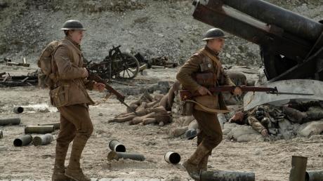 """Schofield (George MacKay, links) und Blake (Dean-Charles Chapman) müssen im Kriegsdrama """"1917"""" von Sam Mendes einen Befehl überbringen."""