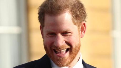 Prinz Harry zeigt sich während der Auslosung bestens gelaunt.