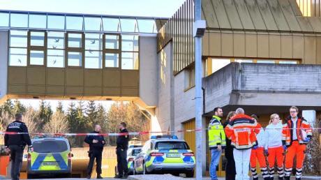 Polizisten und Rettungskräfte vor dem Jobcenter in Rottweil. Ein Mann hat hier eine Mitarbeiterin mit einem Messer attackiert und schwer verletzt.