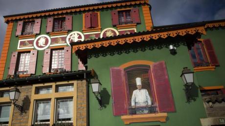 Ein Wandgemälde von Paul Bocuse schmückt die Fassade des Gourmet-Restaurants «L'Auberge du Pont de Collonges».