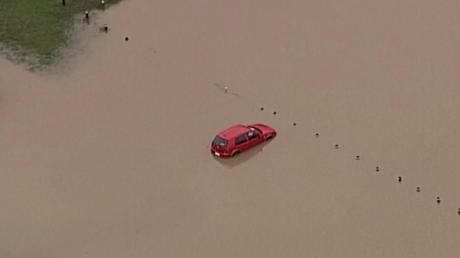 Im australischen Bundesstaat Queensland überflutete der Regen Autobahnen und Straßen.