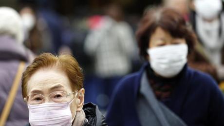 Shopping mit Schutzmasken in Tokio:Auch in Japan ist die neue Lungenkrankheit schon aufgetreten.