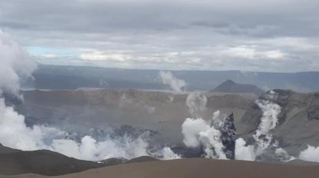 Dampfwolken steigen aus dem Krater des Taal-Vulkans auf. Es mehren sich die Anzeichen einer weiteren heftigen Explosion.