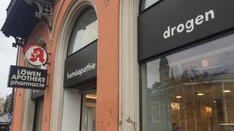 «drogen» steht über der Löwen-Apotheke am Viktualienmarkt in München - gemeint sind Arzneimittel.