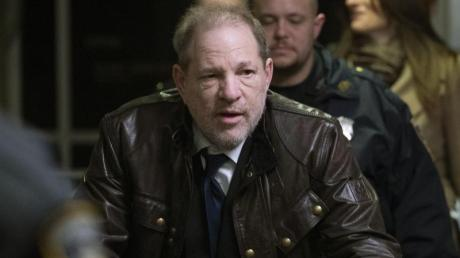 Harvey Weinstein beim Verlassen des Gerichtsgebäudes.