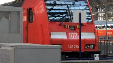 Die Lok des Regionalexpresses steht an dem Prellbock, auf den sie zuvor im Hauptbahnhof aufgefahren war.