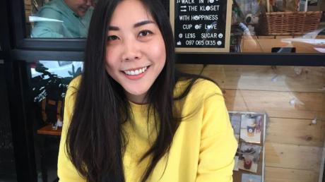 """DieSchriftstellerin Aimanan Anantalabhochai, bekannt als «Kilin», sitzt vor dem Café «The Kloset"""". Das Café, das die Autorin zusammen mit einem Team betreibt, ist ein Treffpunkt für Lesben."""