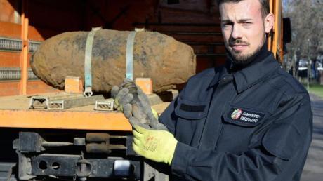 Ein Mitarbeiter des Kampfmittelbeseitigungsdienst präsentiert den Zünder der entschärften Weltkriegsbombe.