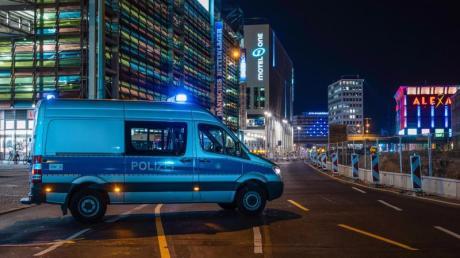 Ein Polizeiauto sperrt die Grunerstraße inBerlin ab.