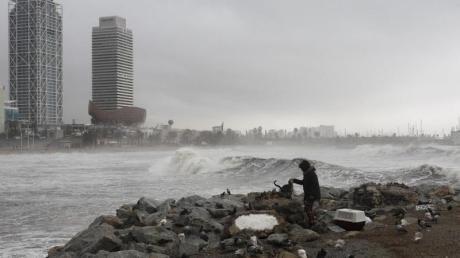 Sturmtief «Gloria» spült große Wellen an den Strand von Barcelona. Die Unwetter und eisigen Temperaturen bereits neun Menschen in Spanien das Leben gekostet.