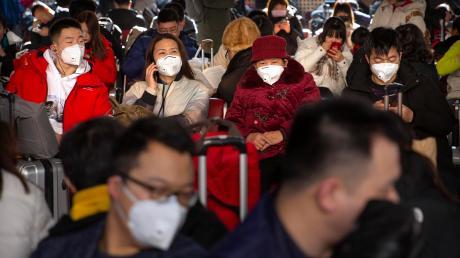 Wer durch Asien reist, sieht immer wieder Menschen, die einen Mundschutz tragen. Nun, da eine rätselhafte Lungenkrankheit grassiert, geht zumindest in Chinas Hauptstadt Peking gefühlt sogar jeder zweite Passant nicht mehr ohne einen solchen Schutz auf die Straße.