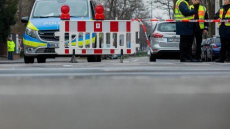 Polizisten sperren eine Straße vor dem Gelände der Kölner Universitätsklinik. In der Nähe war eine 500 Kilogramm schwere Fliegerbombe aus dem Zweiten Weltkrieg entdeckt worden.