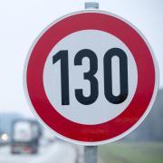 Der ADAC lehnt ein Tempolimit auf Autobahnen nicht mehr grundsätzlich ab. Damit nimmt die Debatte wieder Fahrt auf.