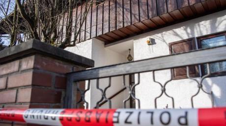 Polizei-Absperrband vor dem Wohnhaus der Familie inStarnberg.