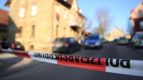 Die Polizei hat das Gebiet um den Tatort in Rot am See weitläufig abgesperrt.