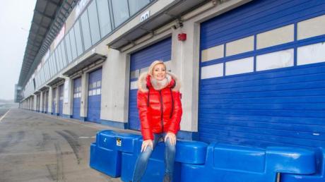 Die Sängerin Tanja Lasch auf dem Gelände der Motorsport Arena Oschersleben, wo im Mai ein dreitägiges Schlagerfestival gefeiert wird.