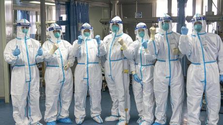 """Medizinische Mitarbeiter des Krankenhauses """"Zhongnan"""" in Wuhan:Binnen sechs Tagen hat China ein Krankenhaus zur Behandlung von Patienten bauen lassen, die mit dem neuen Virus infiziert sind."""