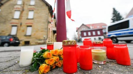 Nach den tödlichen Schüssen in Rot am See erinnern Blumen und Kerzen an die Opfer.