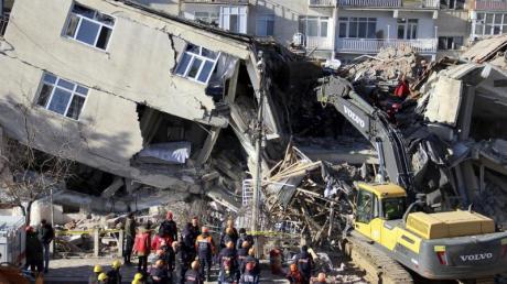 Rettungskräfte sind an einem eingestürzten Gebäude in Elazig im Einsatz.