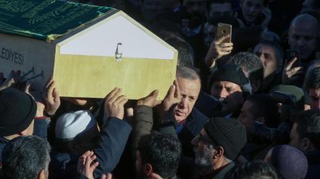 Der türkische Präsident Recep Tayyip Erdogan nimmt an einer Beerdigungsprozession teil. Die Zahl der Todesopfer nach dem Erdbeben in der Osttürkei ist mittlerweile auf 31 gestiegen.