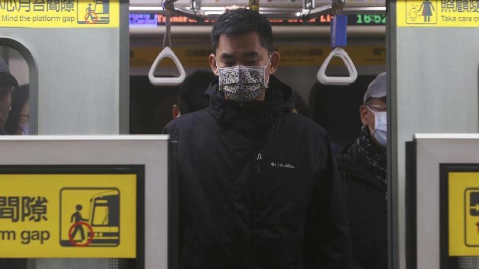 Ein Taiwanese mit Mundschutz in einer U-Bahn-Station.