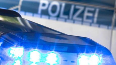 Bei einer Verkehrskontrolle im hessischen Vellmar hat ein Beamter auf einen mit einem Messer bewaffneten Mann geschossen.