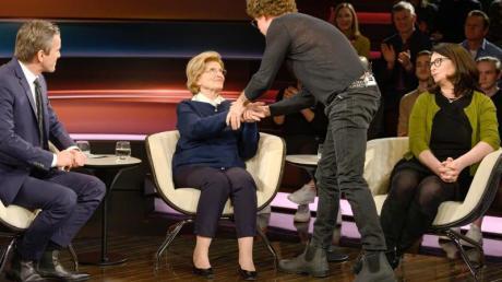 Der Comedian Atze Schröder (2.v.r.) reicht Eva Szepesi (2.v.l.) im Beisein ihrer Tochter Anita Schwarz (r) im Studio bei Markus Lanz die Hand.
